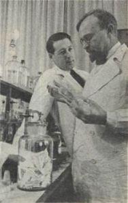 220px-Aleksandr_Oparin_and_Andrei_Kursanov_in_enzymology_laboratory_1938
