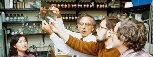 Doctor Robert C. Gallo, investigador biomédico conocido por su co-descubrimiento del Virus de Inmunodeficiencia Humano (VIH), agente infeccioso responsable del (SIDA) intercambia impresiones con compañeros de laboratorio.